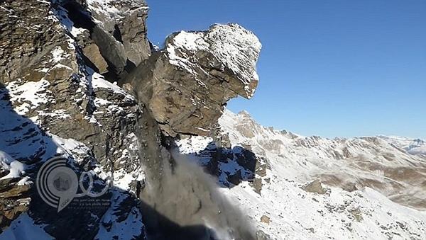 """شاهد لحظة سقوط صخرة عملاقة من ارتفاع ألف قدم ..""""فيديو"""""""