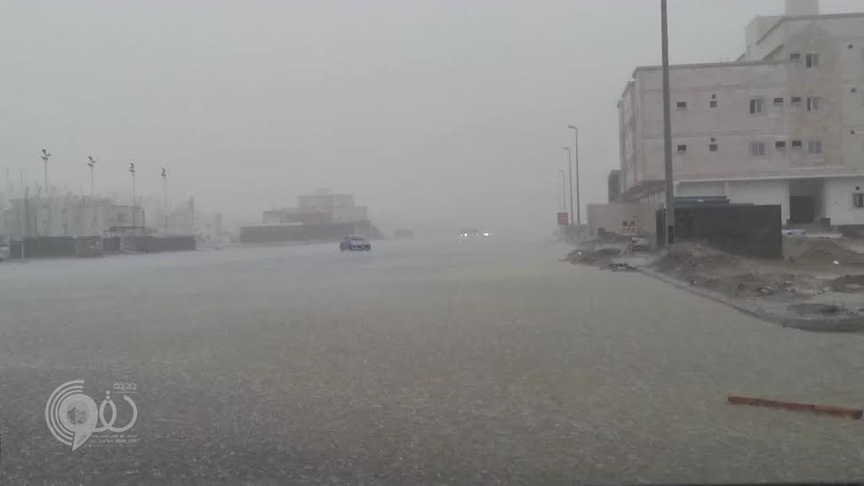 الأمطار تُوقف الحركة المرورية بنفق الأندلس في جدة