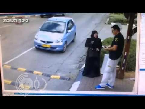 """بالفيديو: فلسطينية """"محجبة"""" تغافل رجل أمن إسرائيلي وتطعنه بسكين أمام مستوطنة في بيت لحم"""