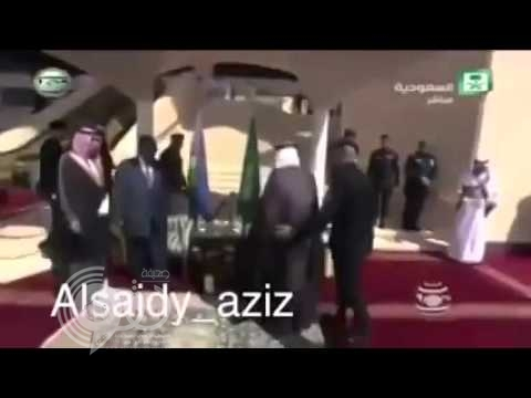 بالفيديو:الحارس الشخصي للملك سلمان يقوم بحركة سريعة لحظة استقبال أحد رؤساء الدول اللاتينية
