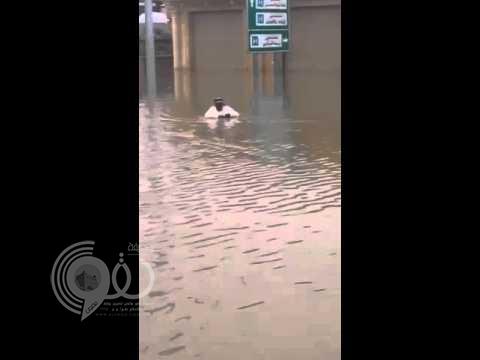 بالفيديو: مُسنٌّ يسبح داخل مياه سيول شارع الخبيب ببريدة