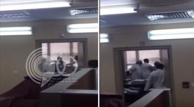 بالفيديو: مضاربة بين موظف ومديره في الأحوال المدنية