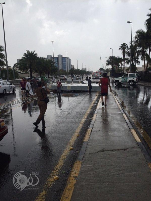 """سقوط لوحة إعلانية ضخمة على طريق المدينة المنورة بسبب الامطار .. """"صور"""""""