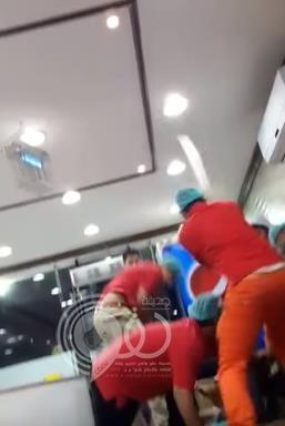 شاهد بالفيديو.. شجار عنيف بين مجموعة من الشباب وعمالة وافدة بالأحساء