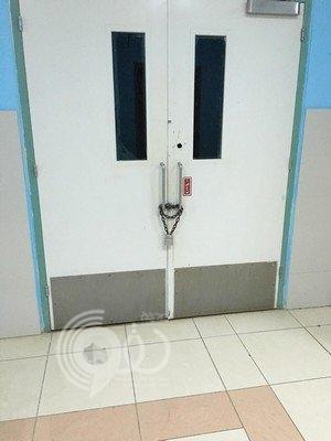 بالصور شاهد مخارج طوارئ مستشفى أبو عريش مغلقة بالسلاسل صحيفة الحقو الالكترونية