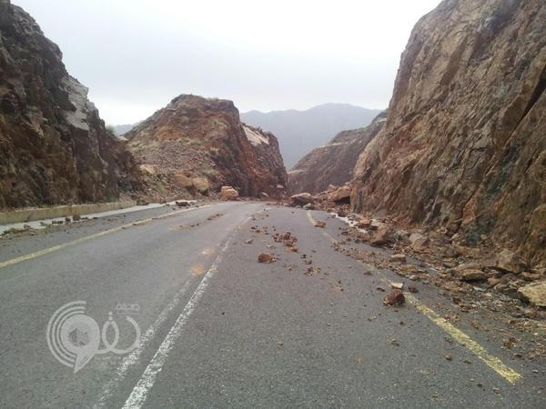 """بالصور : شاهد الإنهيارات الصخرية تتواصل بعقبة """"مقزع- الريث"""" بجازان"""
