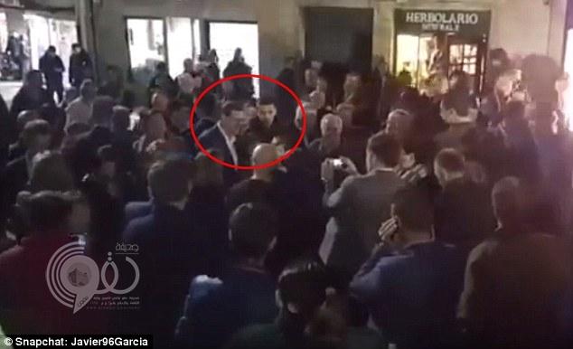 بالفيديو : شاب يسدد لكمة خطافية لرئيس الوزراء الإسباني