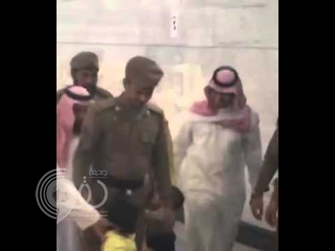 """شاهد رد فعل إمام الحرم المكي على طفل تعلق بعباءته .. """"فيديو"""""""
