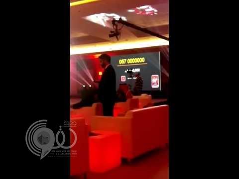 بالفيديو: بيع رقم جوال مميز بأكثر من مليون ريال في الرياض