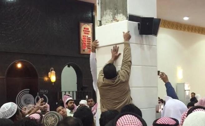 بالفيديو والصور .. إصابة مصلين إثر سقوط رخامة عليهم أثناء صلاة الجمعة في مسجد بعفيف