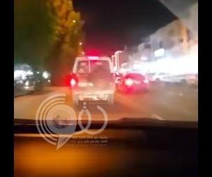 جدة : مواطن يطارد قائد دورية صدمه وهرب .. والشرطة توقفه لإساءة استخدام السلطة – فيديو