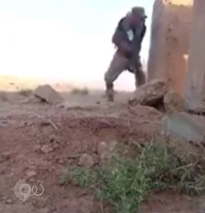 شاهد بالفيديو .. ذكاء وفطنة جندي سعودي على تخوم تعز ينجوا من رصاص قناص حوثي