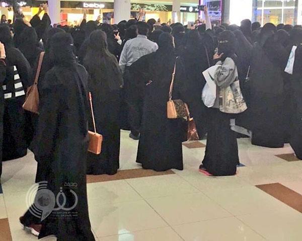 شاهد: لحظة طرد هيئة الأمر بالمعروف لممثلة كويتية من مجمع بالرياض