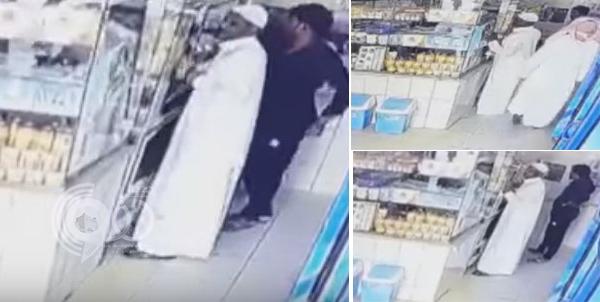 فيديو: عصابة تسرق محفظة رجل مسن باحترافية داخل بوفيه بالدمام