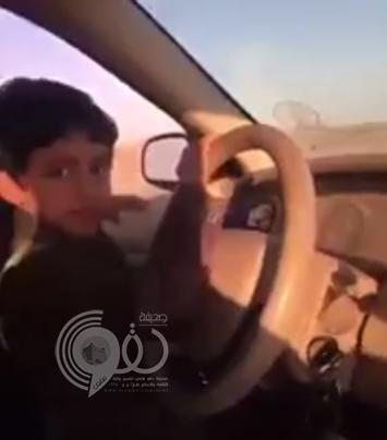 """""""الكلباني"""" ينشر فيديو لطفل صغير يقود سيارة ومعه مسدس.. و""""المرور"""" يتفاعل"""