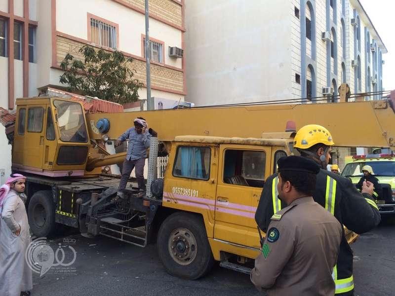 سقوط رافعة تزن 20 طناً على منزل في الطائف