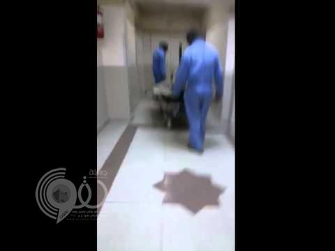 شاهد عمالة تنظّف ممراً بمستشفى الملك فهد بتبوك بسرير المرضى