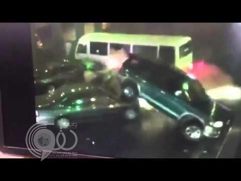"""بالفيديو: حافلة تعترض طريق الملك فهد متسببة باصطدام كارثي.. و""""المرور"""" توضح حقيقته"""