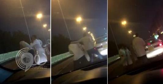 """شاهد شاب يعتدي على سائق أجرة بحي النسيم بجدة .. """"فيديو"""""""