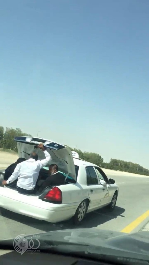 بالفيديو: سائق أجرة ينقل الركاب على شنطة سيارته بالدمام