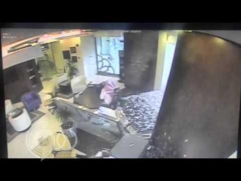بالفيديو.. سيارة تقتحم أحد البنوك بالرياض.. ونجاة موظف بأعجوبة