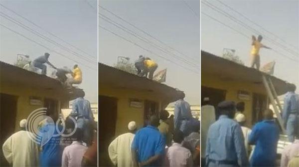 فيديو: شاب سوداني يحاول الانتحار ويتسبب في سقوط رجل أمن