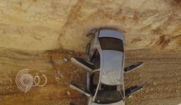 فيديو: نجاة طالبين بعد سقوط سيارتهما في حفريات عميقة بطريق الإمام بالرياض