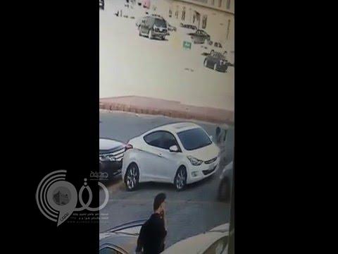 بالفيديو:مواطن يتعرض للسرقة أمام مقر عمله في الرياض