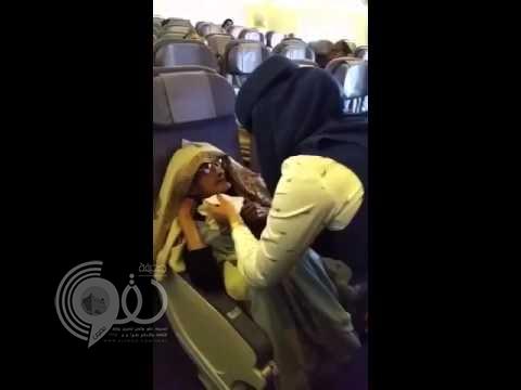 """مضيفة """"السعودية"""" تثير الإعجاب بإطعام مسنة على الطائرة .. """"فيديو"""""""