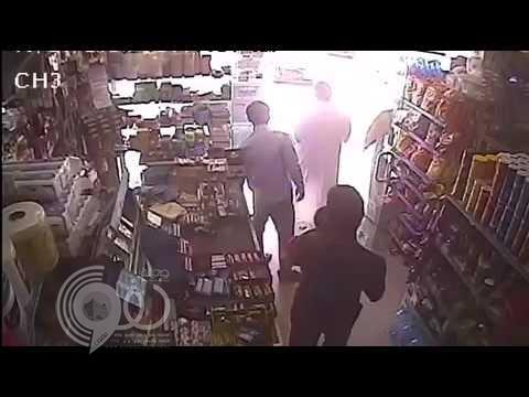 بالفيديو: سطو مسلح على بقالة في الدمام بمسدس وساطور