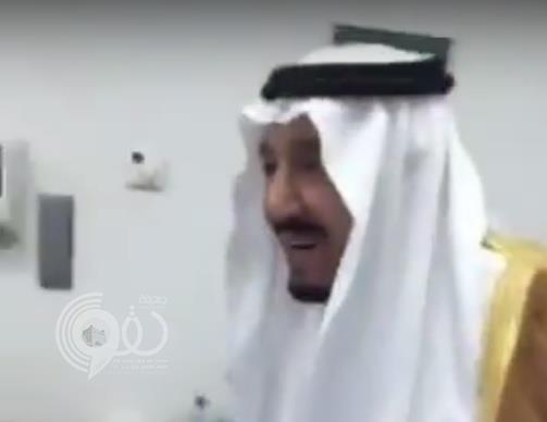 فيديو لخادم الحرمين وهو يلاعب طفلة ويقبلها يجتذب المغردين