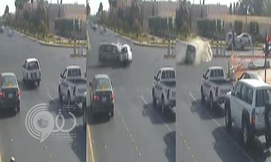 شاهد لحظة تجاوز سائق للإشارة الحمراء واصطدامه بسيارة أخرى في تبوك