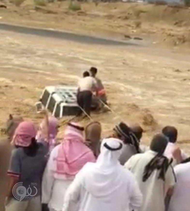 """شجاعة مقيم باكستانى تنقذ شابًّا سعوديًّا من الغرق في تثليث .. """"فيديو"""""""
