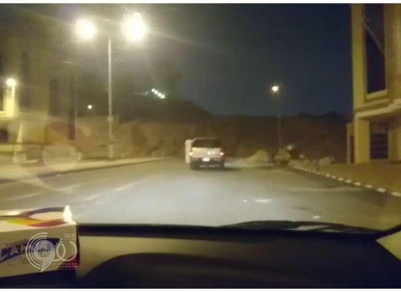"""الإطاحة بشاب يقود مركبة وهو يتدلى من أحد أبوابها .. """"فيديو"""""""