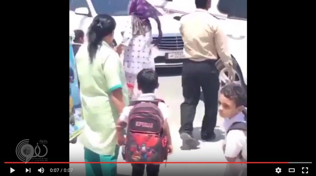 فيديو مستهجن.. خادمة تسحب طفلة من شعرها أثناء استلامها من المدرسة
