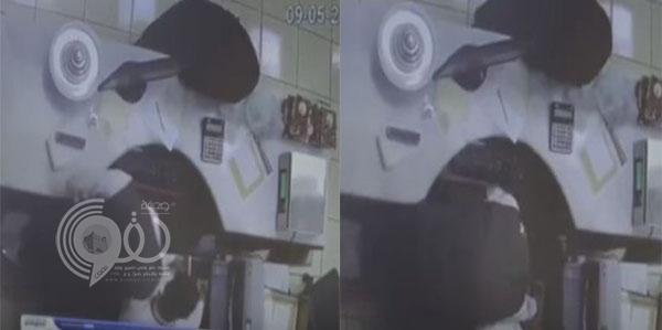 فيديو: رجل وامرأة يسرقون موظف بإستخدام السحر في المدينة