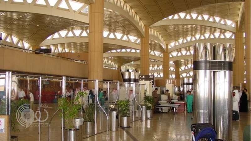 تنكر في زي امرأة وانتحل صفة شقيقته للسفر لتركيا.. فماذا حدث بمطار الرياض؟!