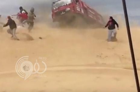 بالفيديو: لحظة دهس شاحنة لمصور أثناء سباق رالي