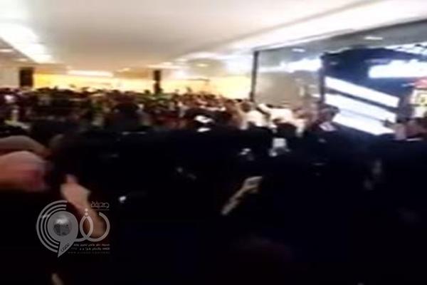 فيديو: فتيات يهتفن باسم السومة عند استقباله بأحد مولات جدة