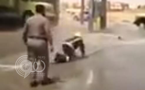بالفيديو.. مهارة عالية لرجل دفاع مدني في السيطرة على خرطوم مياه متحرك