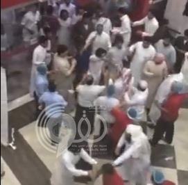 بالفيديو.. فوضى ودماء في أحد المطاعم بالرياض بسبب مضاربة جماعية بين الزبائن والعمال