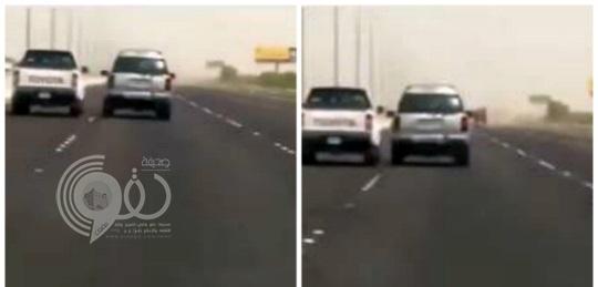 """بالفيديو: شاهد """"عناد بين سائقَين"""" كاد أن يتحول إلى كارثة"""