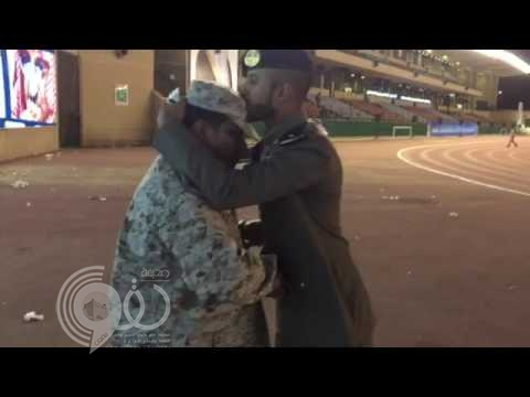 فيديو: رئيس رقباء يقدم التحية العسكرية لابنه الضابط والأخير يرد بتقبيل قدمه