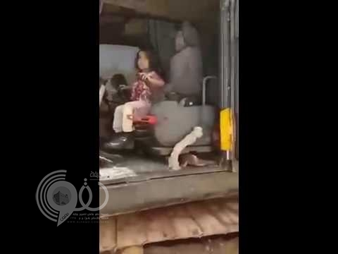 """بالفيديو: طفلة تقود """"بوكلين"""".. والمقطع يثير جدلا في """"تويتر"""""""