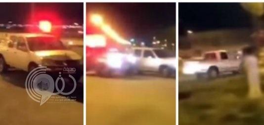 بالفيديو:سائق يعكس السير ويقتحم منتزهاً مكتظاً بالزوار هرباً من دورية أمنية