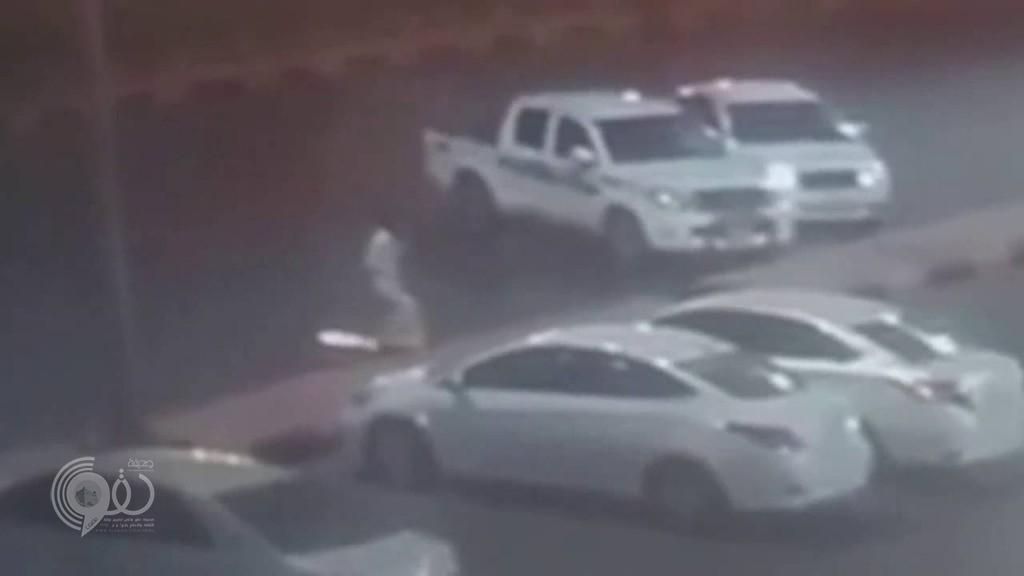 """بالفيديو.. """"شرطة جازان"""" تطيح بشابان يسرقان السيارات وقت الإفطار"""