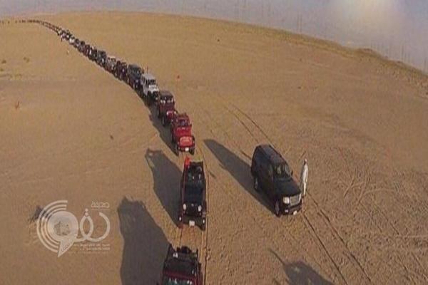 فيديو: ما سر هذا الموكب الضخم في وسط الصحراء المتجه إلى الحد الجنوبي في المملكة؟