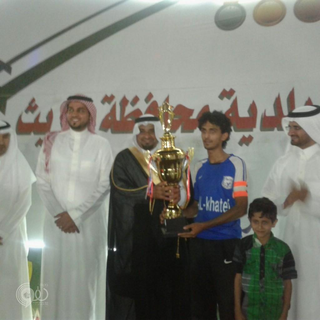 محافظ الريث يرعى نهائي بطولة المحافظة ويُسلم كأس البطولة – (صور)