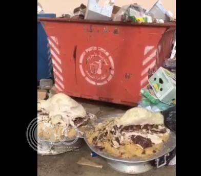 بالفيديو.. صحون كاملة من الطعام في سلة المهملات تثير ضجة على تويتر