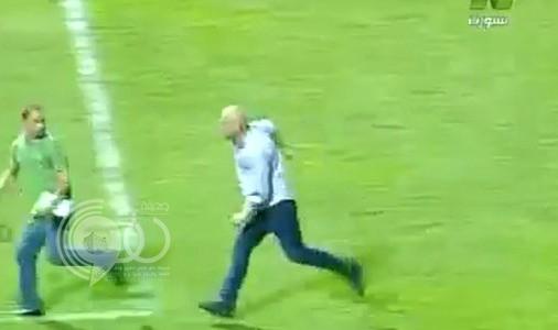 بالفيديو :حسام حسن يطارد مصور أثناء مبارة كرة قدم ويعتدي عليه بالضرب عقب تعادل فريقه